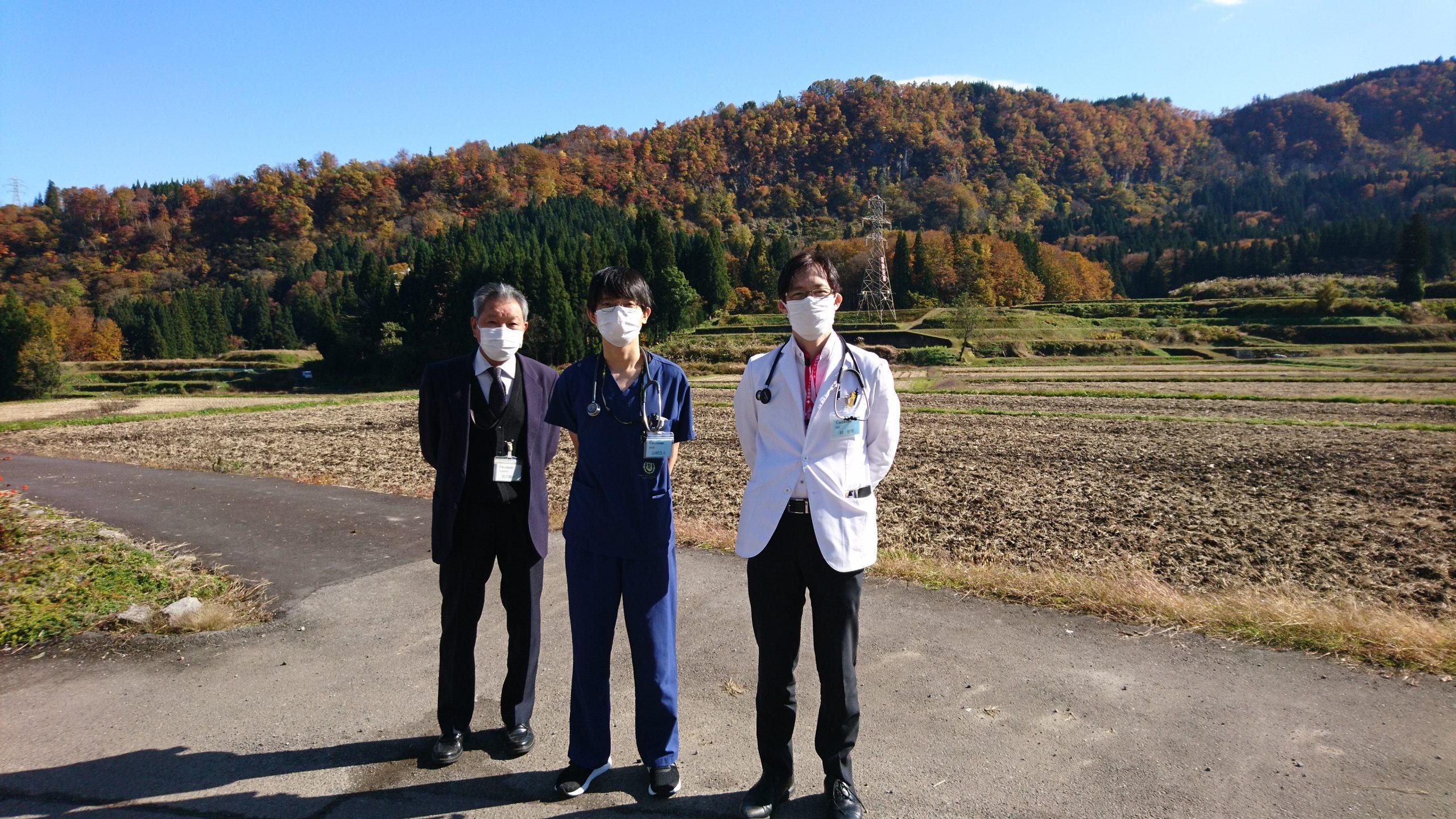 山﨑先生、林指導医と訪問診療の合間にて
