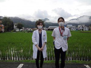 指導医林先生と病院裏の田の前で撮影